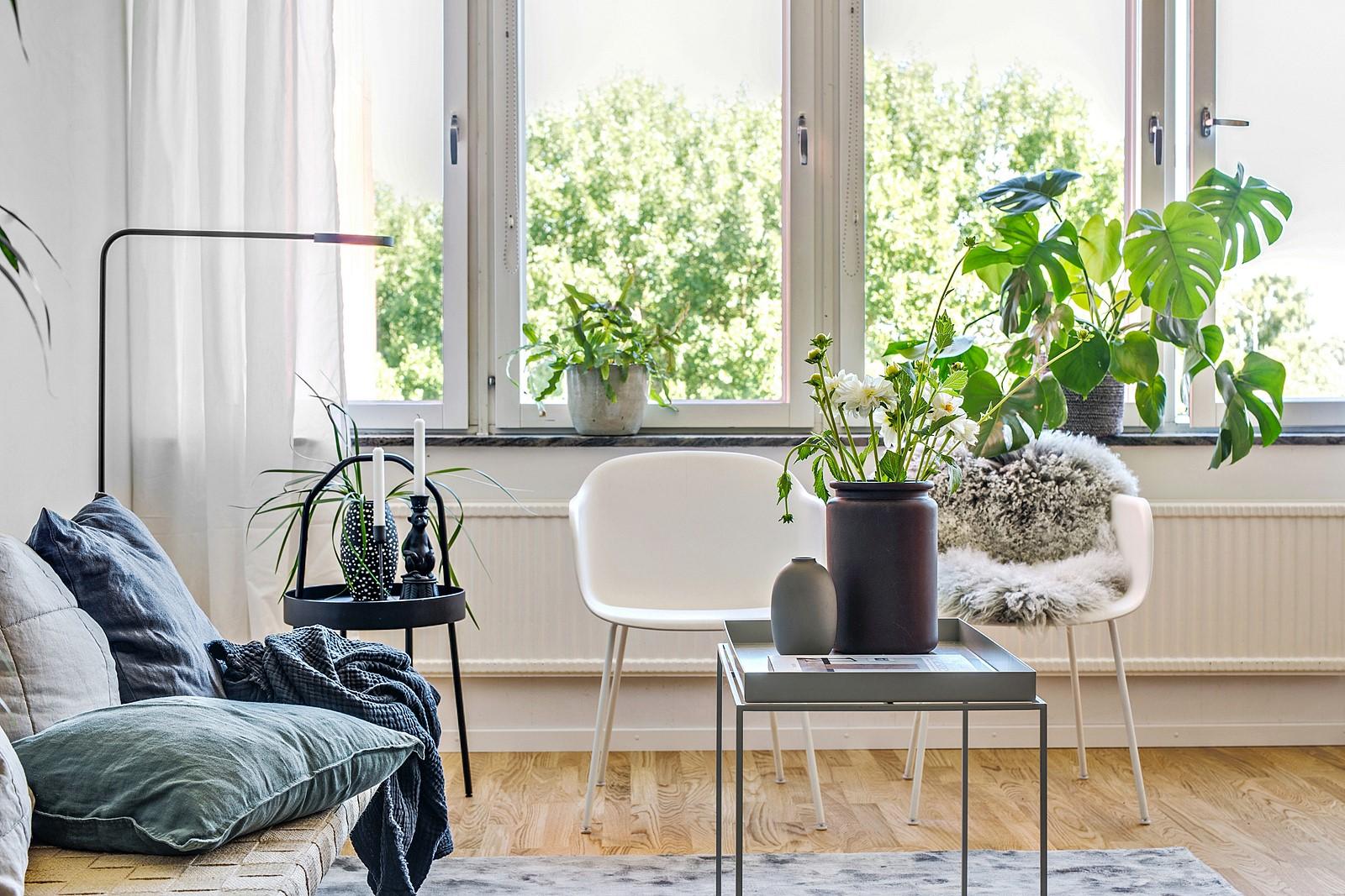 Ett större fönsterparti ger ett rikligt ljusinsläpp till bostaden