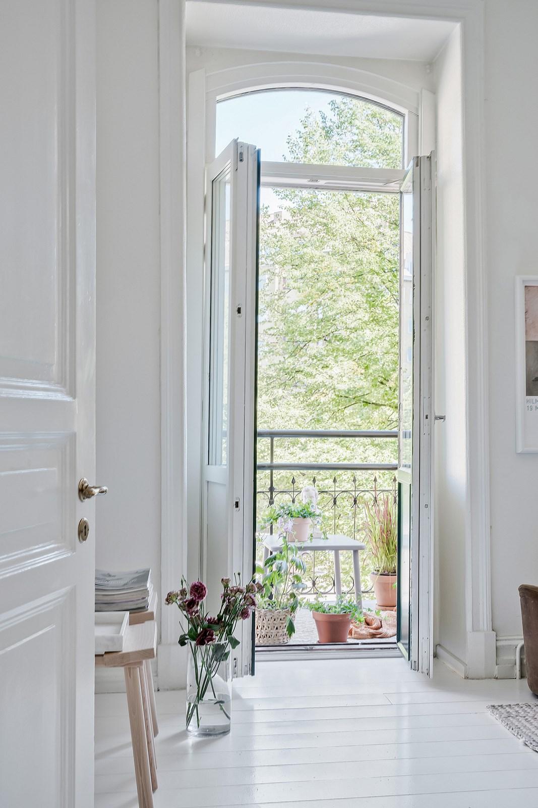 Härlig balkong med grönskande utsikt nås från vardagsrummet