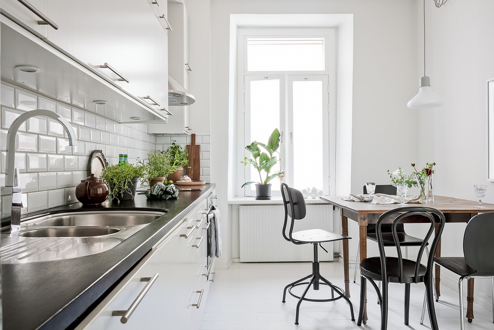 Klassiska val ger ett trivsamt och ljust kök med plats att sitta flera