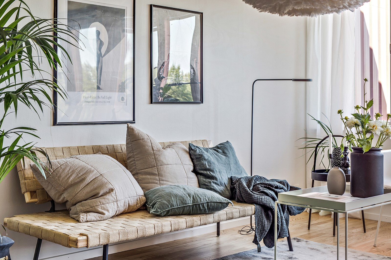 Ljusa väggar i kombination med ett snyggt parkettgolv ger en stilren prägel