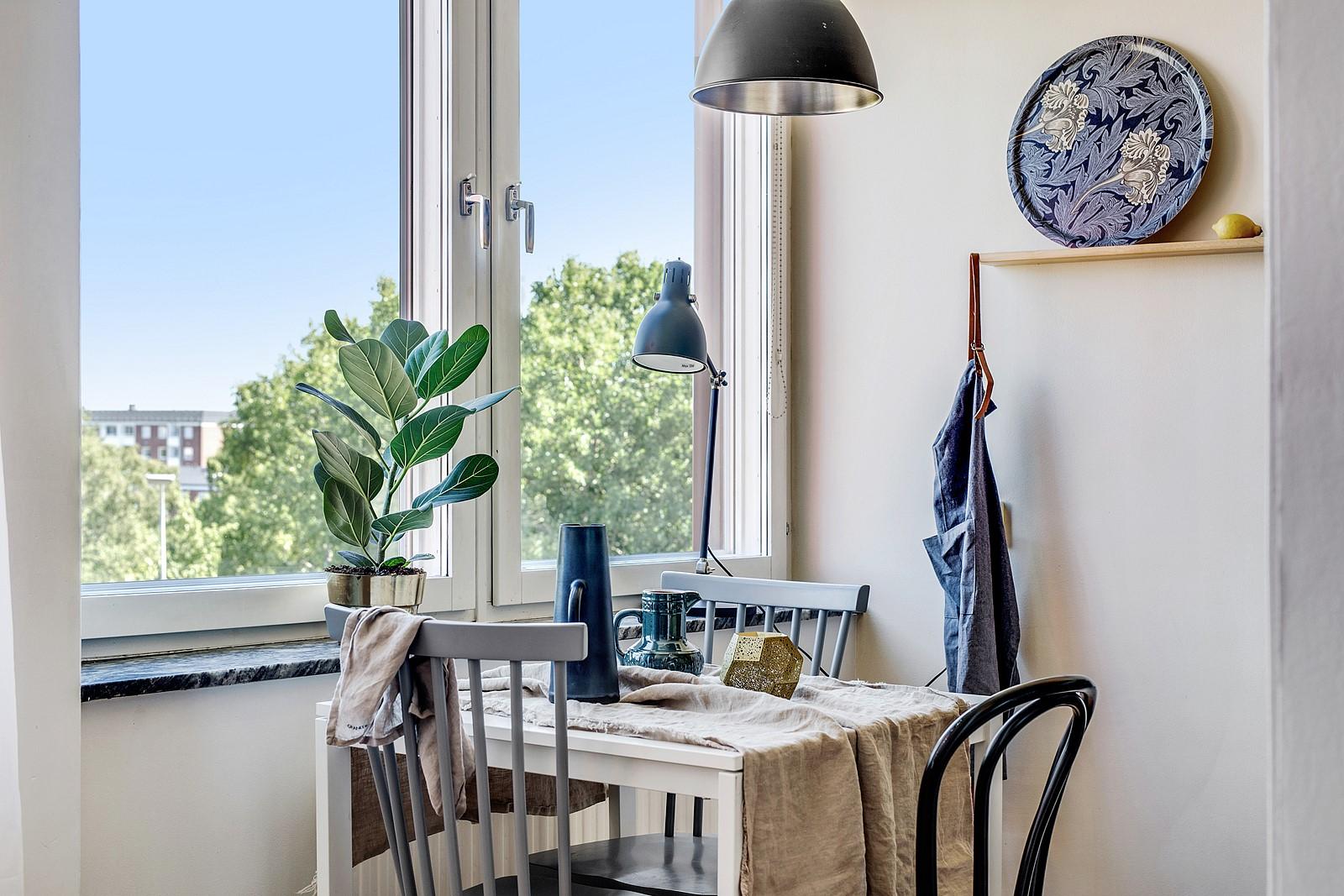 Matplatsen får sin naturliga plats invid fönsterpartiet med en trevlig utsikt över omgivningarna